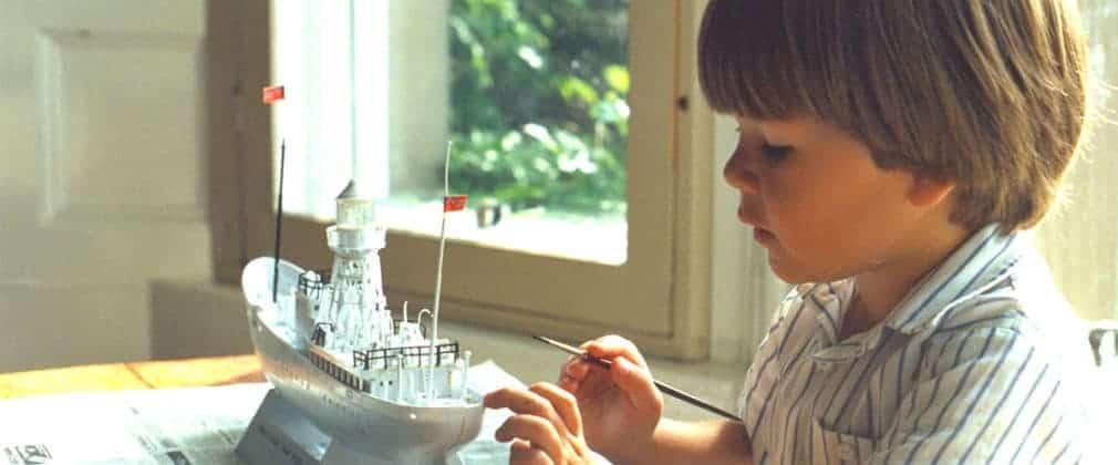 niño con atención plena en la tarea