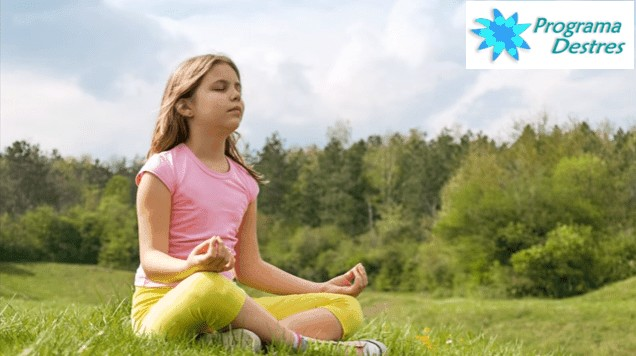 niña meditando en la naturaleza